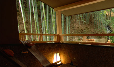 竹林に囲まれた、和情緒ある空間